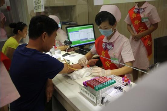 和谐健康体检中心医务人员为榆次东阳圣许石油希望小学的教师们进行
