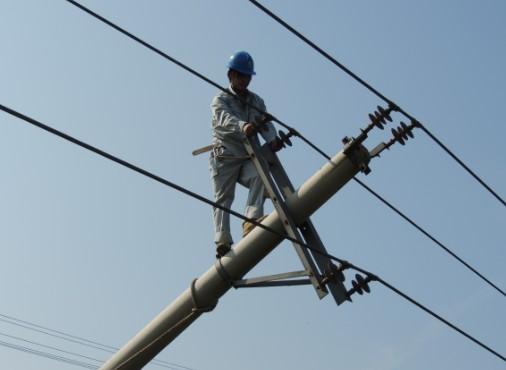 烈日下抢修倾倒线路杆塔 确保电网安全可靠