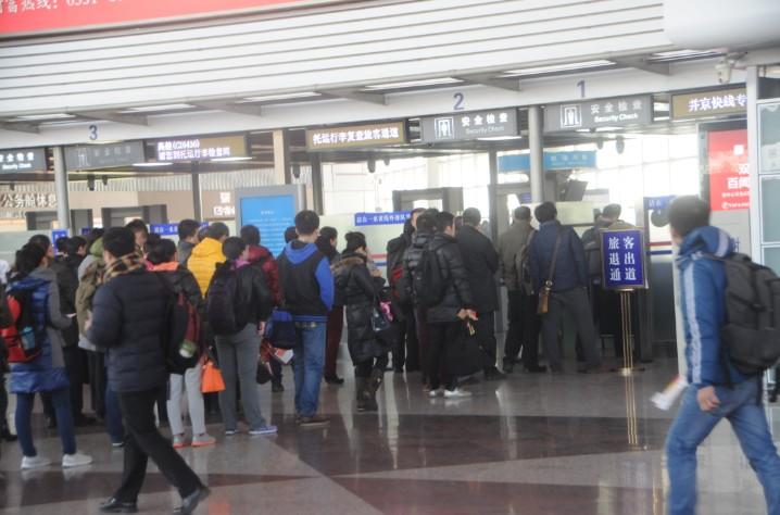 旅客排队通过安检-山西 春运首日 机场进出港旅客达28900人次 图图片