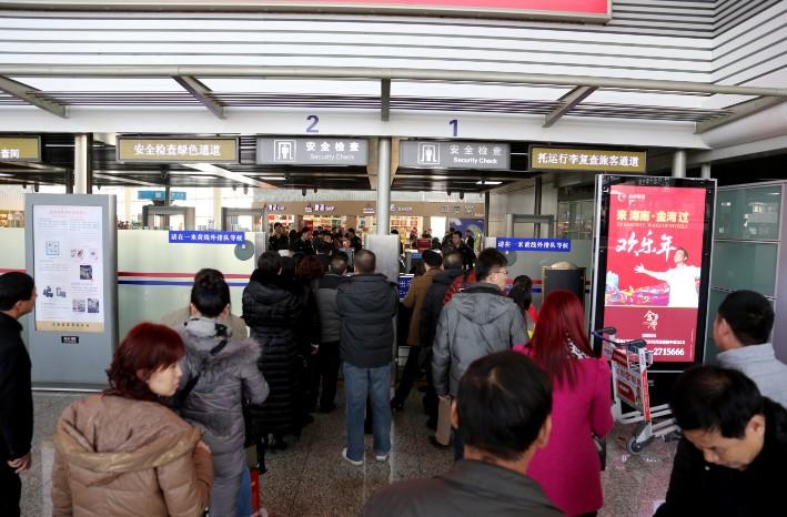 人民网太原2月7日电(白鸿滨)今年初一至初七,山西省机场共保障运输起降1779架次,旅客吞吐量20.5万人次,同比增加分别为4.2%和24.8%。其中,太原机场共保障运输起降1363架次,旅客吞吐量166915人次,同比增长分别为8%和29.7%。 由于受郑州、南阳、洛阳等地大雾及大雪天气影响,春节期间太原机场共接收备降航班21班次,备降旅客2885人。为1920名旅客安排住宿,共给备降旅客和延误旅客提供餐食5724份,提供饮料1110份。 从正月初五开始,山西省内普降中到大雪,各机场也已启动应急预案,确