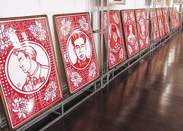 英雄模范人物剪纸作品吸引了大批观众前来观看.   110名英