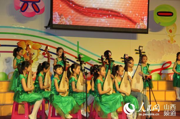 人民网太原5月28日电(王建宇)5月28日,在六一国际儿童节即将到来之际,太原市实验小学在外国语大礼堂举办了第三届缤纷社团童心飞扬校园艺术节暨庆六一文艺汇演。学生、家长、教师与参会嘉宾一起,共同庆祝孩子们的节日。 首先出场的是校管乐社团,那雄壮的音乐,充满激情的指挥,深深吸引了在场的每一位领导、老师和孩子们。大家还沉浸其中时,草裙舞,韵律操接踵而至,令人大开眼界,尤其是陈亮老师和一年级小朋友的同台表演,更是受到了大家的热烈欢迎。整个礼堂座无虚席,掌声不断。 课本剧《丑小鸭》的表演,孩子们稚嫩的声