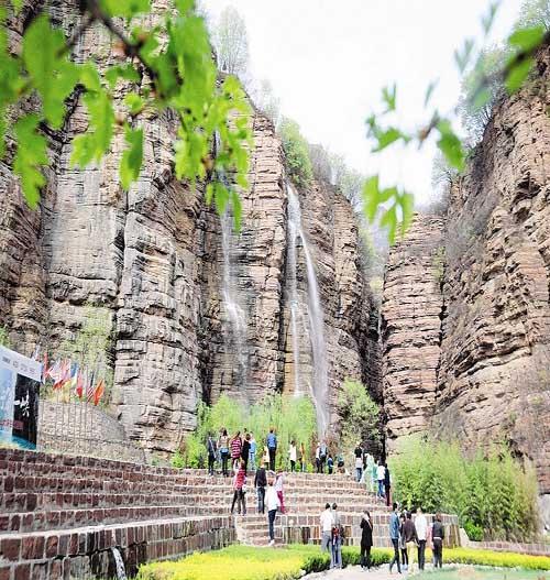 壶关县太行山大峡谷青龙峡景区游客络绎不绝--山西