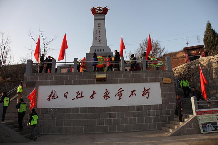北京游客向西峪惨案烈士敬献花圈