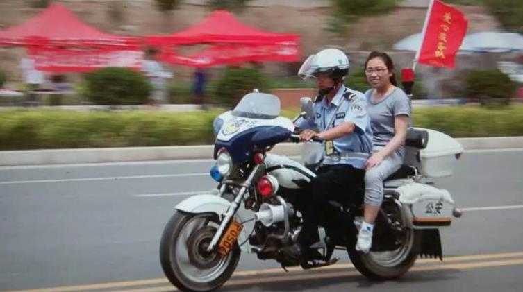 临汾交警支队民警用摩托车送考生赶往考场-山西交警出动警力23275人
