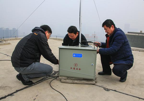 """工作人员对冒充中国移动基站的""""黑广播""""进行拆除"""