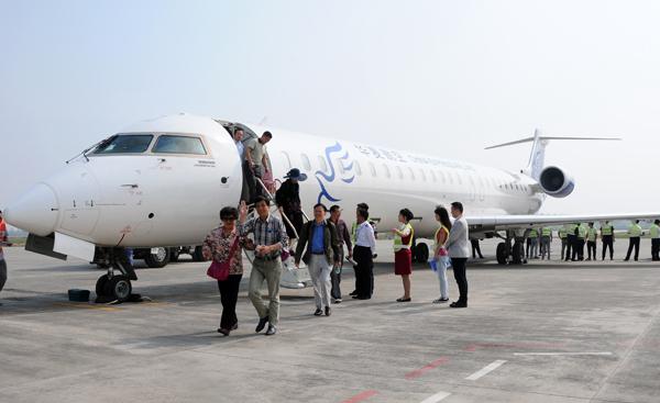 5月19日,在临汾民航机场,工作人员在合影留念。 人民网临汾5月20日电 5月19日,临汾民航机场正式开通重庆临汾天津航线,从临汾到天津约1个小时,临汾至重庆约2个小时。首航航班由华夏航空CRJ-900飞机执飞,航线每周二、四、六各一班。临汾民航机场自2016年1月25日通航以来,先后开通了临汾海口航线、临汾呼和浩特航线,临汾上海航线、临汾银川航线,此次开通重庆临汾天津航线,使临汾民航机场又多了条空中走廊,打开了临汾与长江上游地区、环渤海地区的空中通道。 (乔慧 闫锐