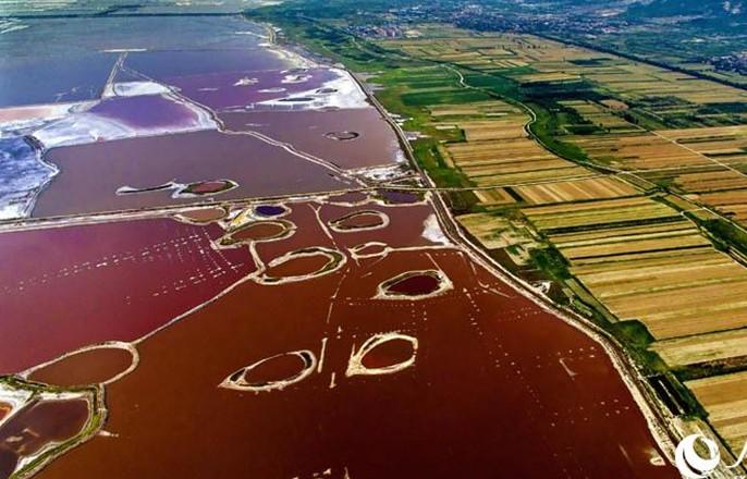 高清组图:山西运城盐湖大地的调色盘近日,运城盐湖湖水呈现出不同的颜色,红色、粉色、墨绿色、蓝色等色块相映成趣,形成了一幅幅多彩画卷。运城盐湖,是大自然赋予河东人民的一个聚宝盆。在这里上下几千年都是夏产盐,冬产硝,年复一年,日复一日重复昨天的故事。【详细】