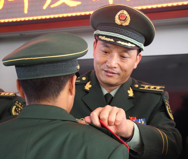 组图 武警新兵光荣授衔 迈出军旅生涯第一步图片