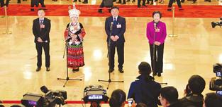 郭凤莲代表:当好政府和农民沟通的桥梁        作为连任五届的代表,郭凤莲表示,这是党和人民对自己的信任,是无上的光荣……