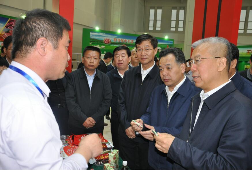 山西省副省长陈永奇在展销会巡馆。