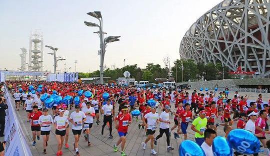 你距鸟巢的距离,只有21.0975公里!        十年后的今天,13000普通跑者在鸟巢,圆了自己的体育英雄梦......