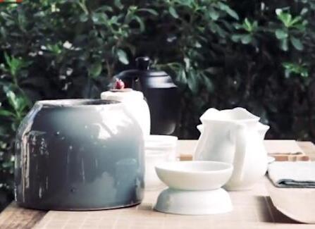 《茶韵》 盖碗茶,四川等地人民传统的饮茶风俗。是一种上有盖、下有托……