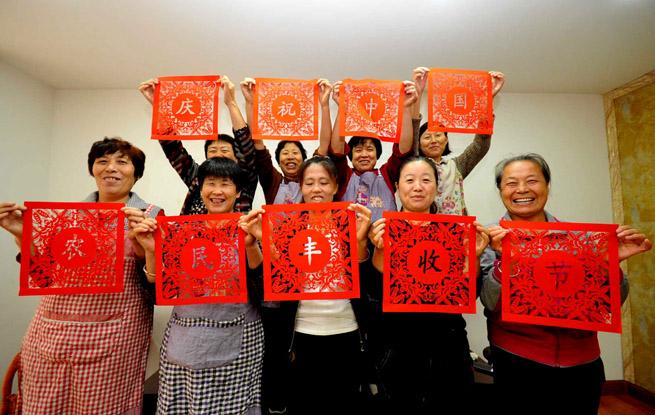 山西绛州:农家女剪纸喜迎丰收节