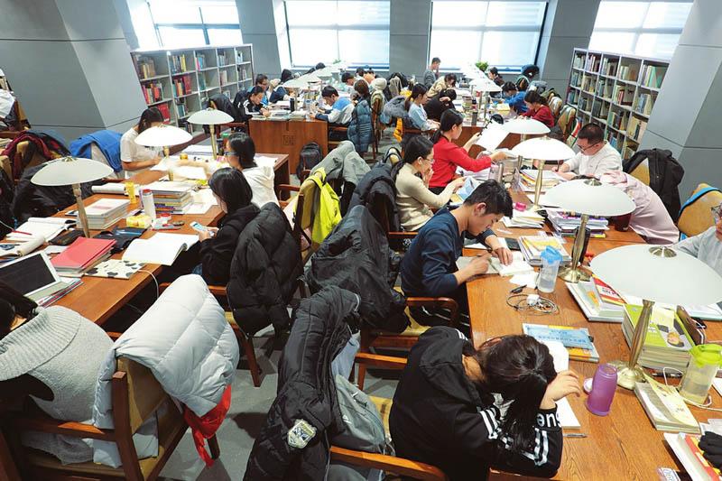 图书馆里备考忙