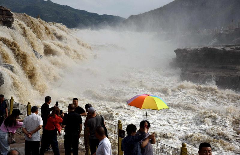 黄河壶口瀑布现特大瀑布群景观 吸引众多游客前来参观