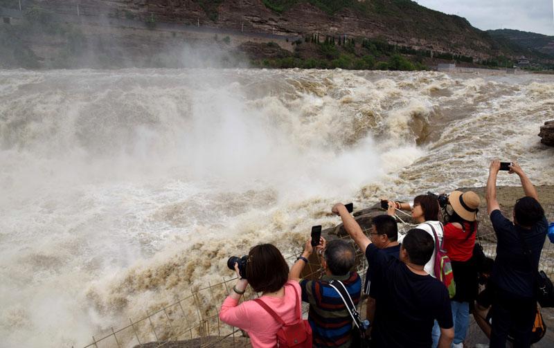 黄河壶口瀑布现特大瀑布群景观