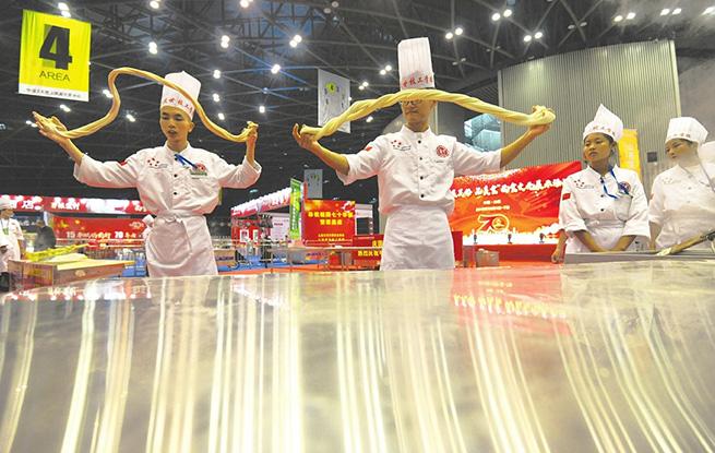 庆国庆展民俗品美食