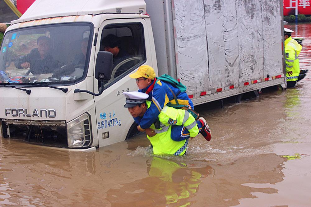 学生和家长被困积水中 山西稷山交警紧急救援【2】