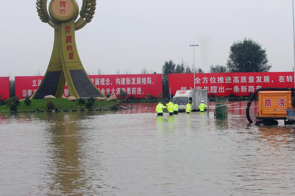 学生和家长被困积水中 山西稷山交警紧急救援【3】