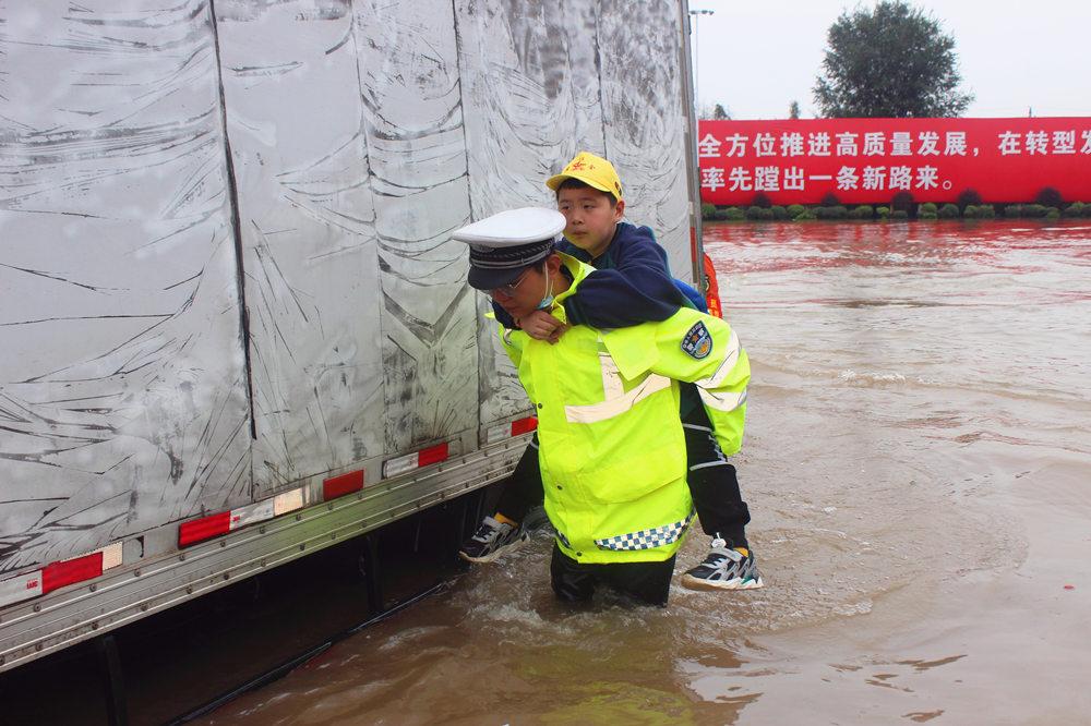 学生和家长被困积水中 山西稷山交警紧急救援
