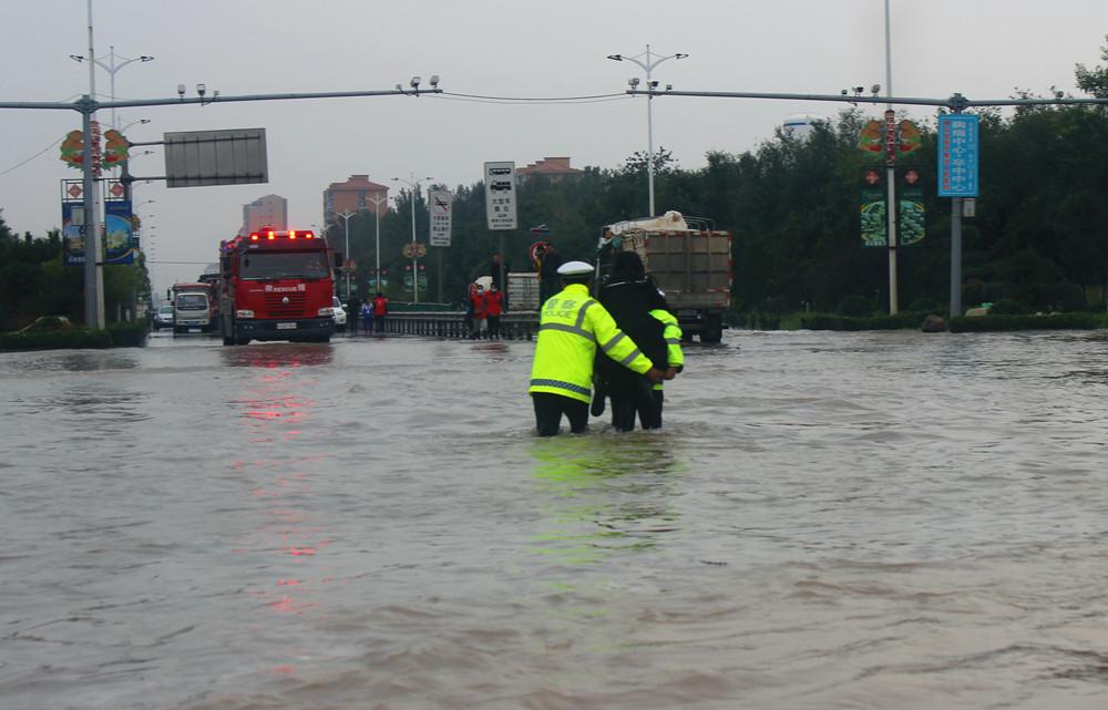 学生和家长被困积水中 山西稷山交警紧急救援【5】