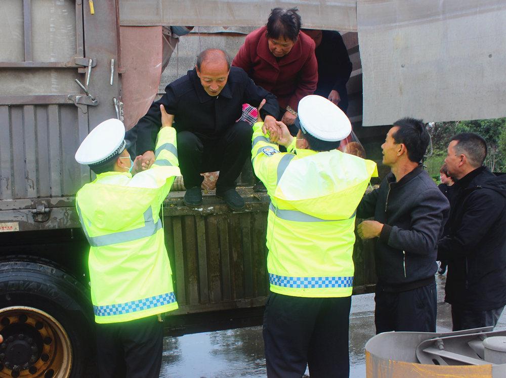 学生和家长被困积水中 山西稷山交警紧急救援【6】