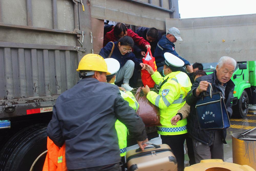 学生和家长被困积水中 山西稷山交警紧急救援【7】