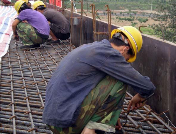 近日,随着下穿侯月铁路立交桥主体框架结构的浇筑,阳侯高