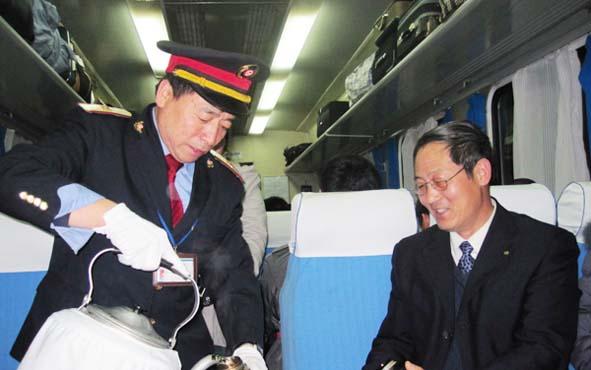 太原客运段青岛车队列车员为旅客热情服务